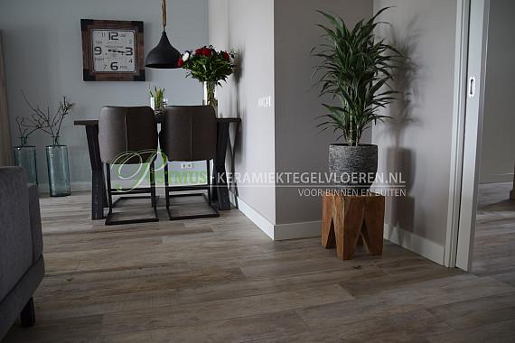 Lichte vloertegels in de look van hout